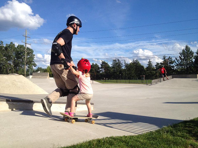 padre e hija en patineta