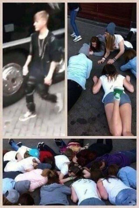 fans locas de justin bieber se tiran al suelo donde el piso