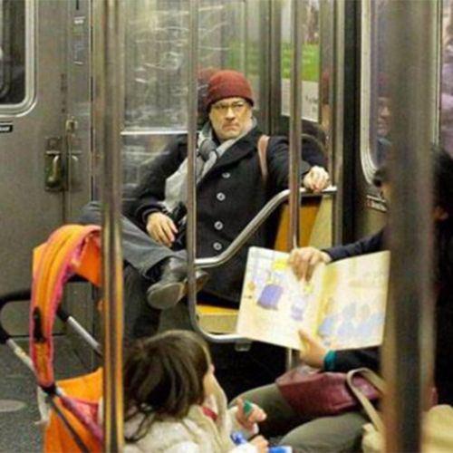 persona parecida a Tom Hanks en el metro