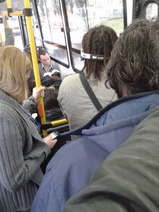persona parecida a Sheldon en el metro