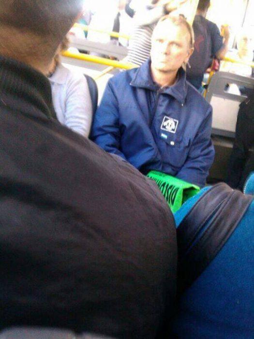 persona parecida a Sting en el metro