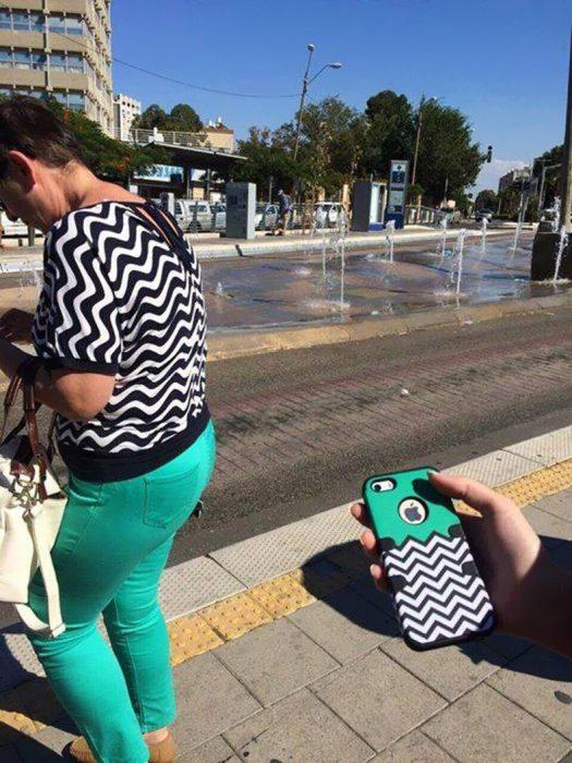 mujer vestida como funda de celular