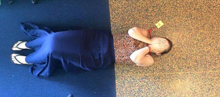 mujer mimetizada con diseño del piso
