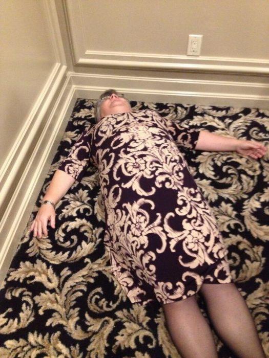 señora vestida con estampado parecido al de alfombra