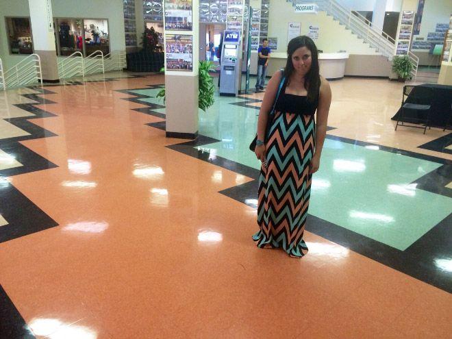 mujer vestida igual que piso