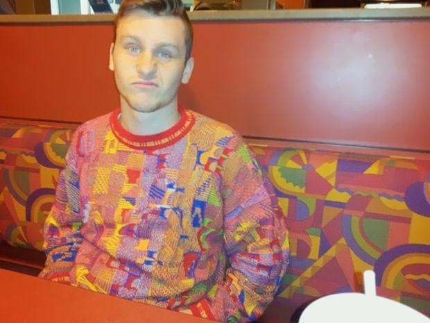 hombre con suéter parecido a estampado de sillón