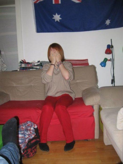 mujer mimetizada con sillón