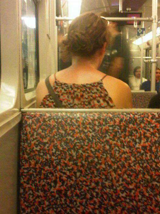 mujer vestida con estampado igual al de asiento de transporte