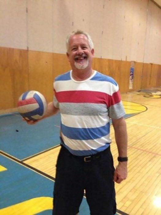 hombre vestido con colores de balón