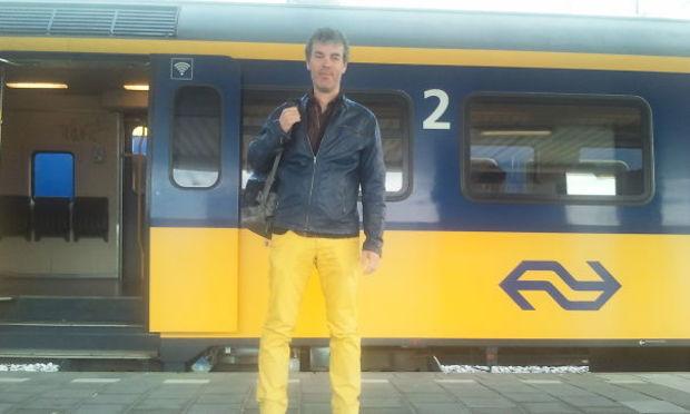 hombre vestido con colores de vagón de tren