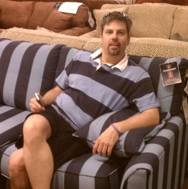 hombre vestido con estampado de sillón