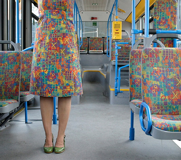 mujer vestida con estampado igual al de transporte público
