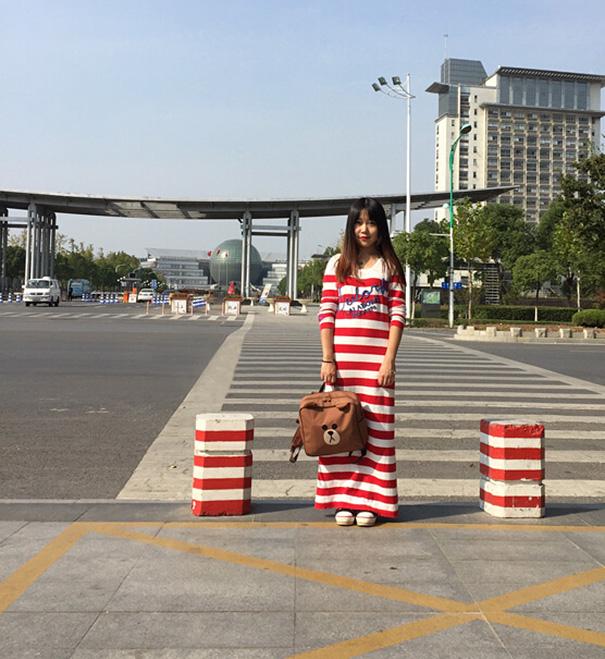 chica vestida como señales de tránsito