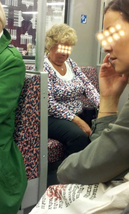 mujer vestida igual que asientos del metro