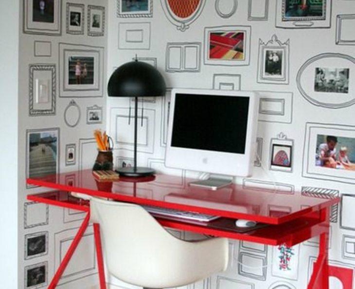 escritorio computadora y lampara pared con marcos dibujados sharpie
