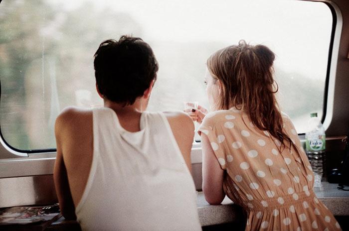 hombre y mujer platicando en una ventana