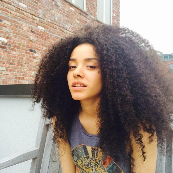 chica con cabello afro y arete en la nariz