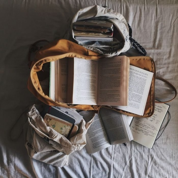 mochila en una cama con libros dentro