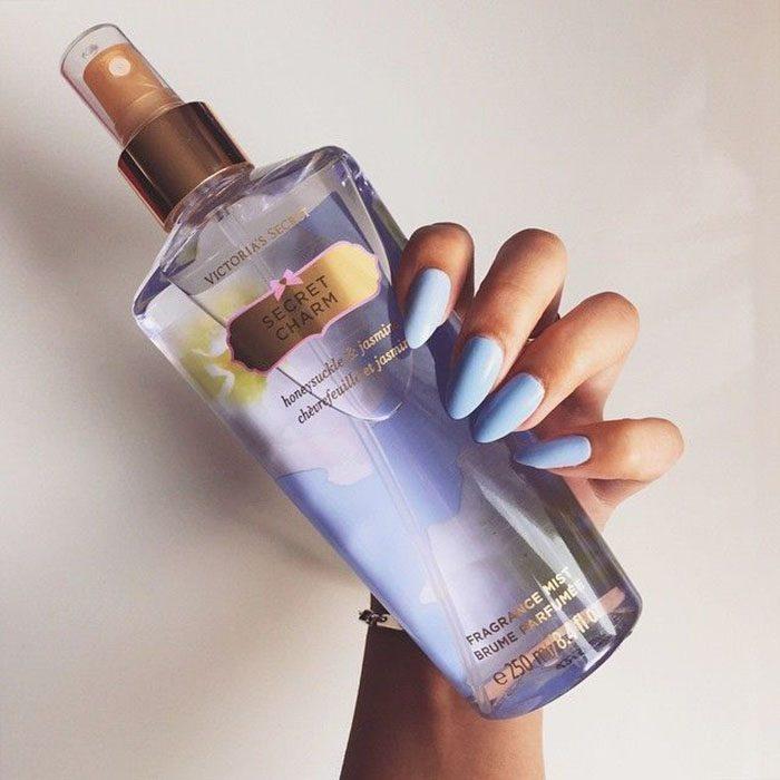 locion para el cuerpo color azul y esmalte azul
