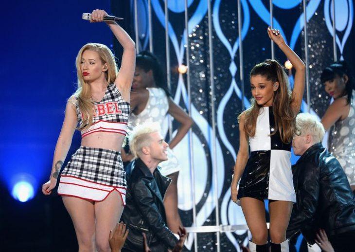 chica rubia y chica morena bailando en escenario arianna iggy problem