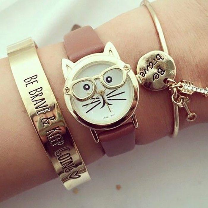 reloj de mano cafe con cara de gato