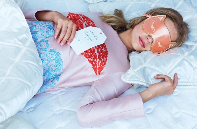 Chica durmiendo con un antifaz