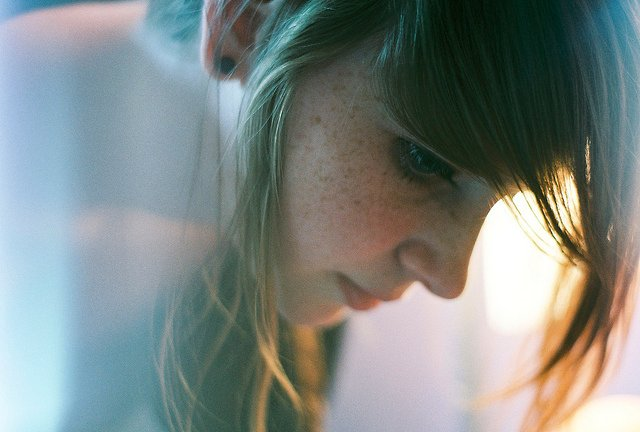 perfil de chica con cabeza inclinada