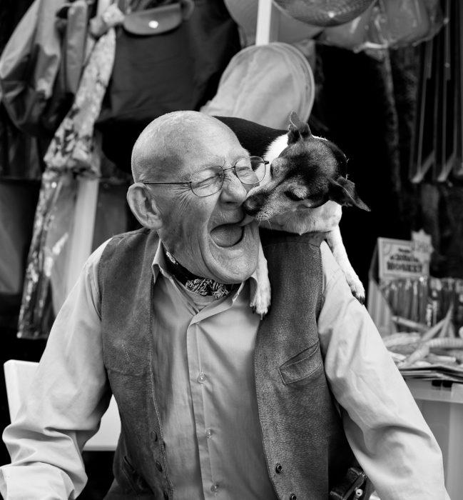 abuelo sonríe junto a su perro