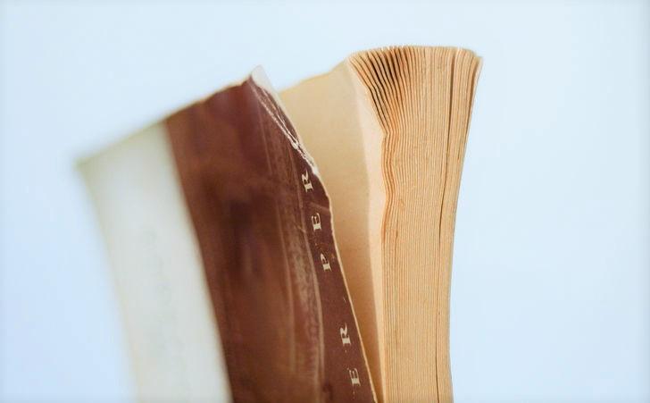 libro agurrado y descuidado
