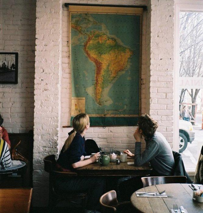 pareja en un restaurante viendo un mapa