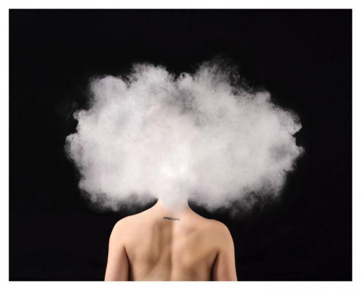 mujer de espaldas con nube en la cabeza