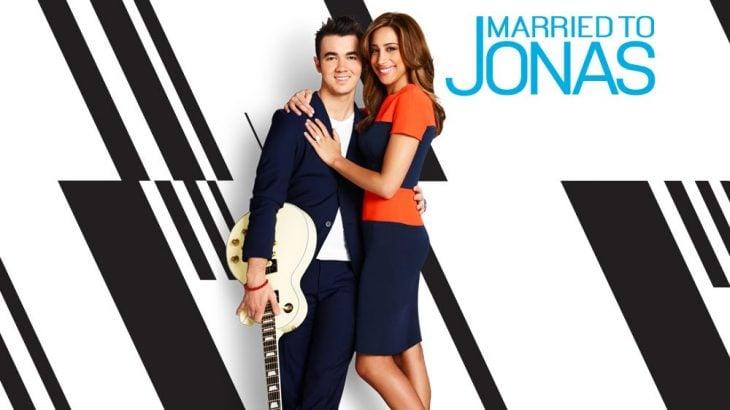 programa de television married to jonas hombre con guitarra abraza esposa