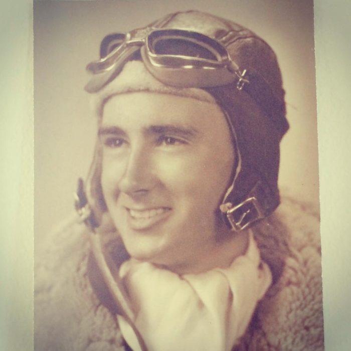 abuelo que era aviador en una fotografía antigua a blanco y negro