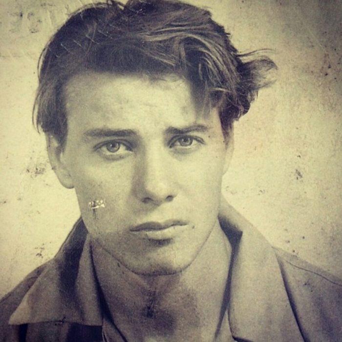 abuelo guapo en una fotografía antigua a blanco y negro