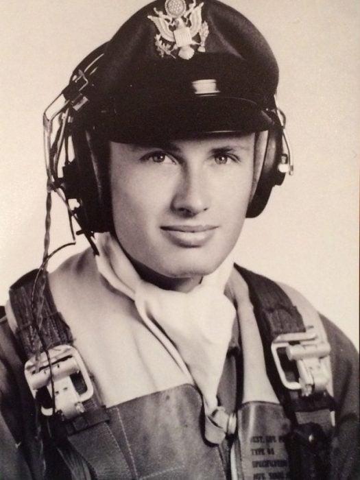 abuelo guapo que era piloto en una fotografía antigua a blanco y negro
