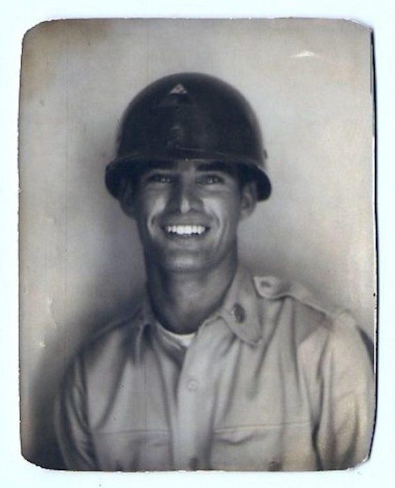 abuelo guapo que era militar en una fotografía antigua a blanco y negro