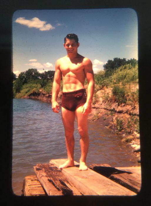 abuelo guapo a un lado de un rio en una fotografía antigua a blanco y negro