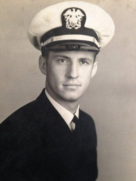 abuelo guapo que era marine en una fotografía antigua a blanco y negro