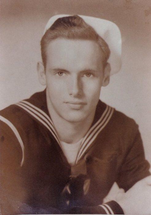 abuelo guapo que era marinero en una fotografía antigua a blanco y negro