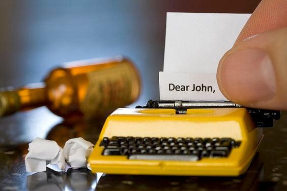 Maquina de escribir en miniatura color amarillo