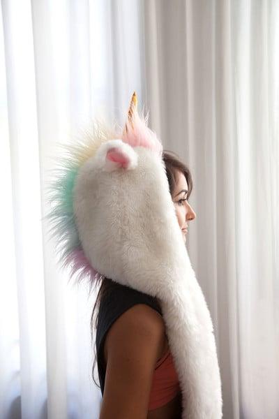 Chica con una capucha en forma de unicornio