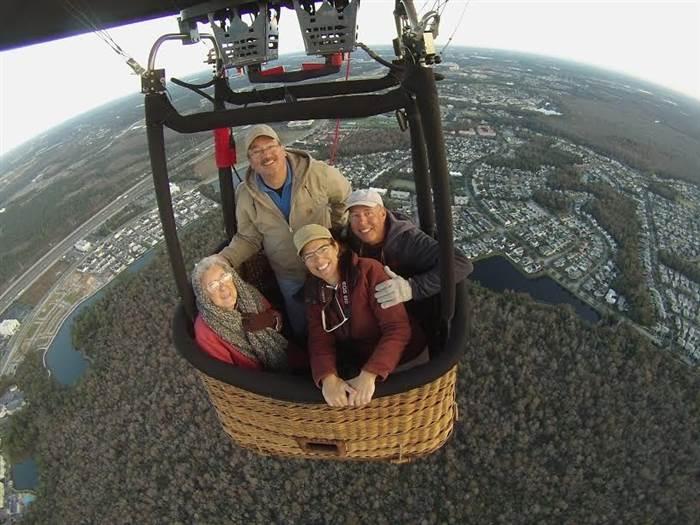 Norma y su familia en un globo
