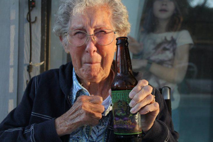Norma con una cerveza en la mano