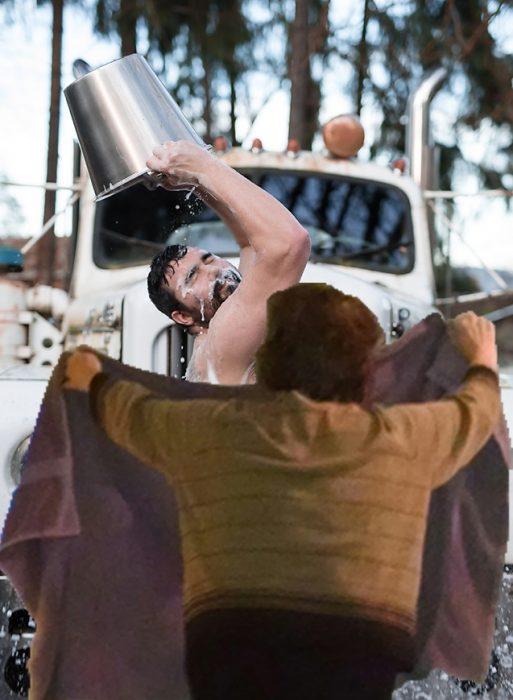 batalla photoshop en reddit hombre sensual echándose agua y una mujer cubriéndolo con una toalla