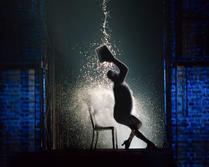 batalla photoshop en reddit hombre sensual echándose agua como Flashdance