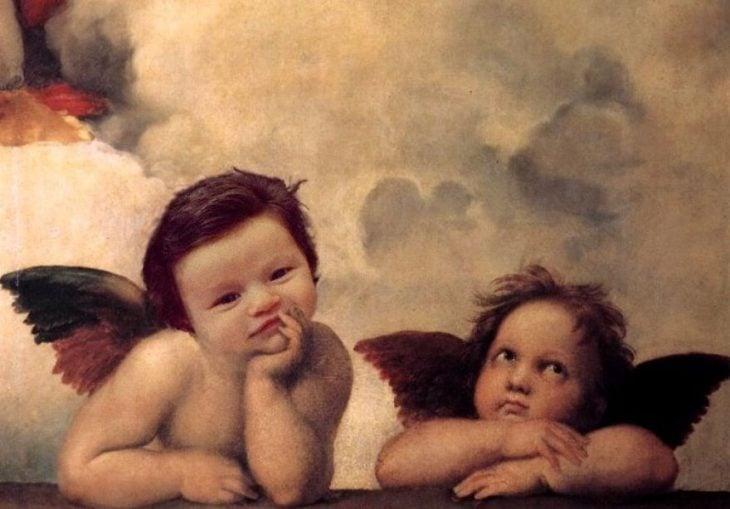 Montaje de bebé isabella con demasiado cabello en una pintura de ángeles