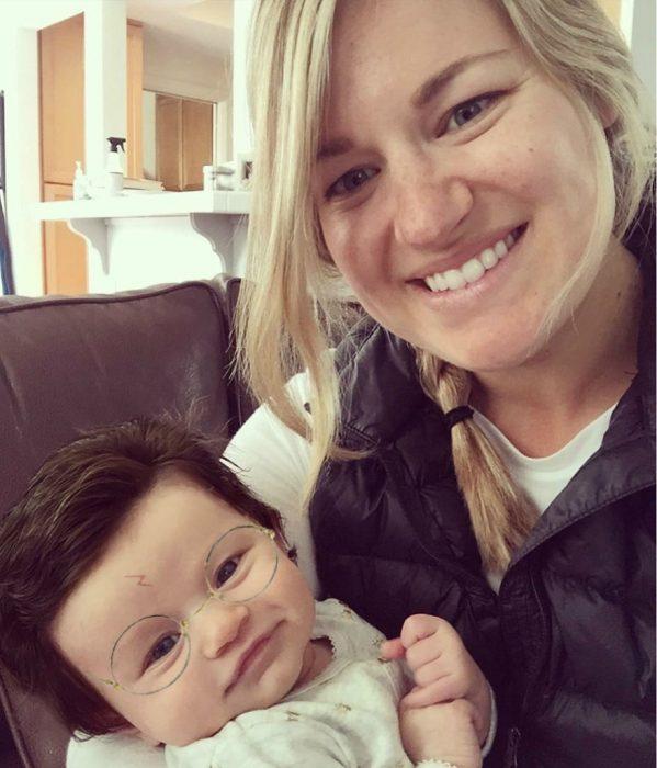 Madre junto a su hija Isabelle que nació con demasiado cabello