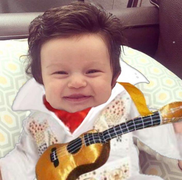 Bebé con demasiado cabello luciendo como Elvis en su traje blanco y su guitarra