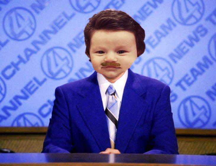 Bebé con demasiado cabello luciendo como un reportero de noticias