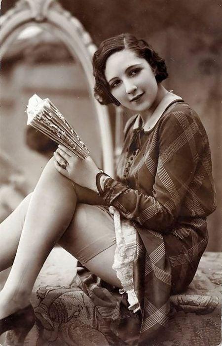 fotografía antigua de mujer con un libro